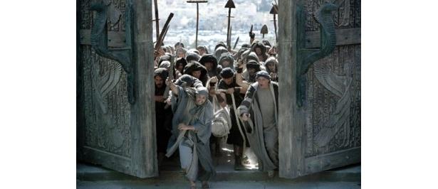 門をこじ開け、図書館に乗り込んでくる民衆