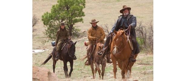 3人で馬に乗って旅を続ける