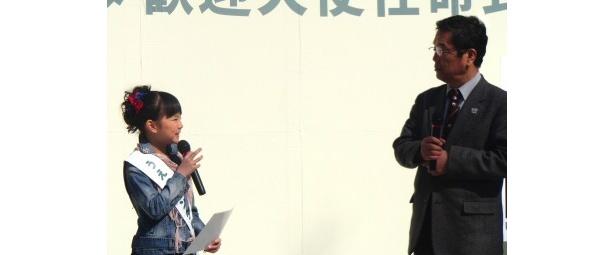 うえのパンダ歓迎大使として、小宮園長にパンダについて質問する大橋