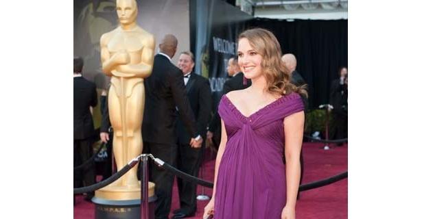 美しいパープルのドレスで登壇したナタリー・ポートマン