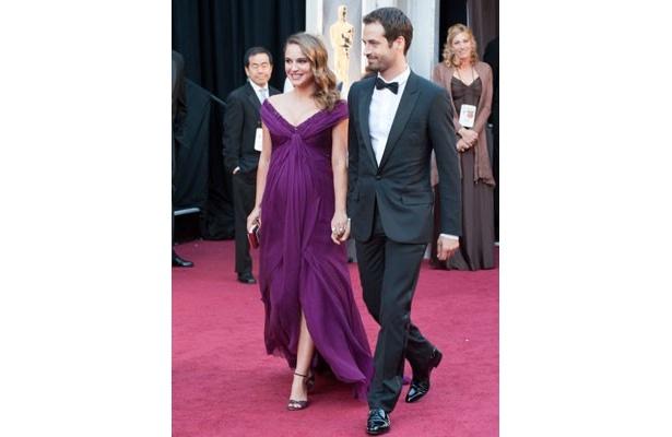 婚約者のベンジャミン・ミルピエと幸せそうにレッドカーペットを歩くナタリー・ポートマン