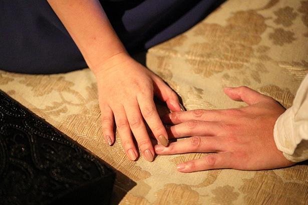 指が触れた瞬間、2人の恋火は完全に燃え上がった