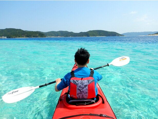 【写真を見る】こんな景色を前に興奮を抑えられるわけがありません!深度によって変わる海の青さが神秘的なグラデーションを描いています