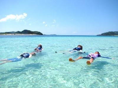 無人島での過ごし方は自由!何もせず海にプカプカ浮いているだけでも何だか楽しい、それも海の美しさがあってこそ!
