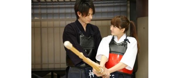 第4話。日本の高校の進学クラスに転入したジヨンが、加藤慶祐扮する剣道部の副キャプテンと文通