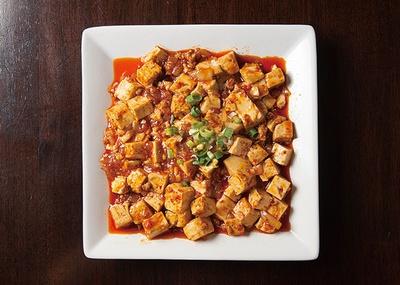 【写真を見る】餃子兄弟 / 豆板醬と胡椒の辛味がガツンとくる「麻婆豆腐」(750円、定食650円)