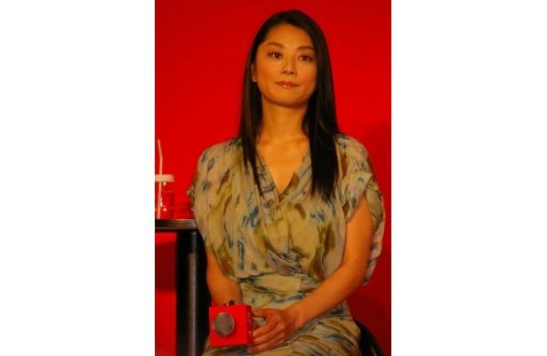 誘拐事件のことを調べているというルポライター役の小池栄子