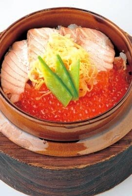 「大河の舞」のメニュー、鮭といくらの釜飯(880円)。いくさ飯は全部で7種類