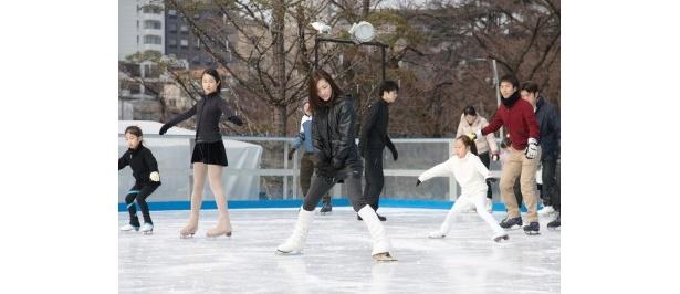 スケートレッスンで、荒川さん自身が実演しながら指導する様子