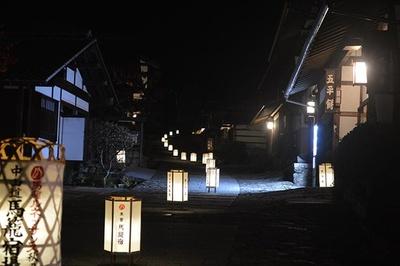 【写真を見る】美しくライトアップされた町を見に行こう