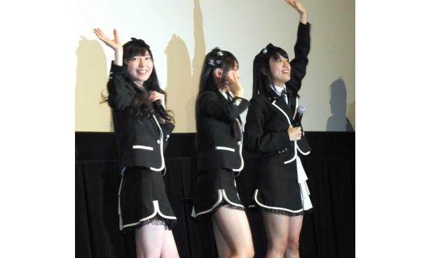 最後まで止まないファンの声援に手を振り応える三人