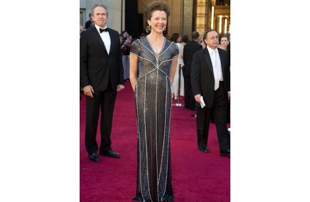 シックなドレスのアネット・ベニングは透けた胸元がセクシー