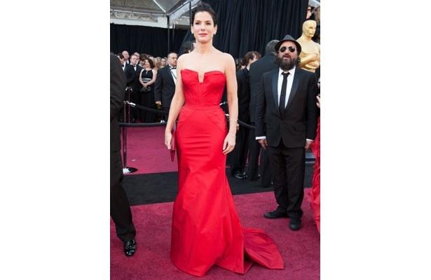 昨年、主演女優賞を受賞したサンドラ・ブロックは赤いドレスでプレゼンターを務めた