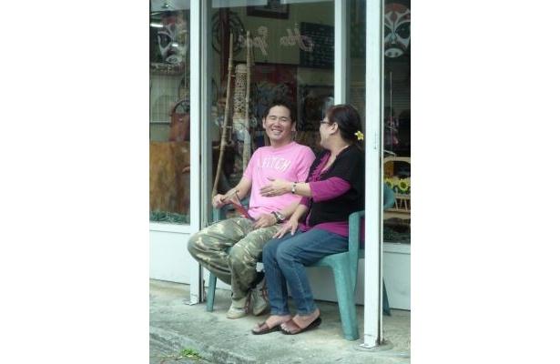 フィリピン雑貨店の前にあるベンチで店員の女性と談笑。「マラミン マサラ!(ありがとう)」を必死に覚えようとしていた川田