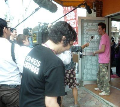 移動の合間、テレビ局の取材に答える川田