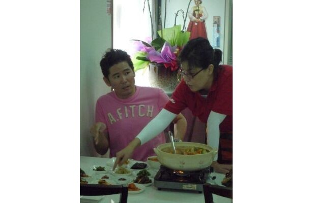 次々と韓国語で料理の説明をされ戸惑う川田