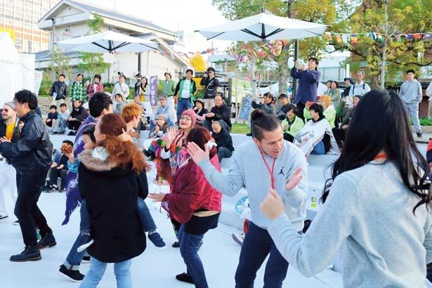 演奏に合わせて観客みんなで踊ることも