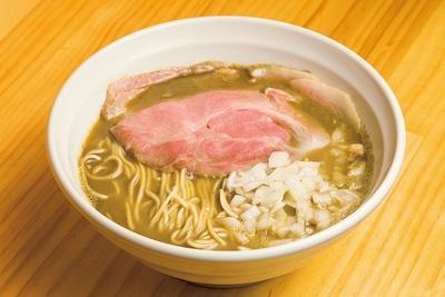 【写真をみる】「煮干しらーめん」(780円)。煮干しの風味は強いが口当たりはなめらか