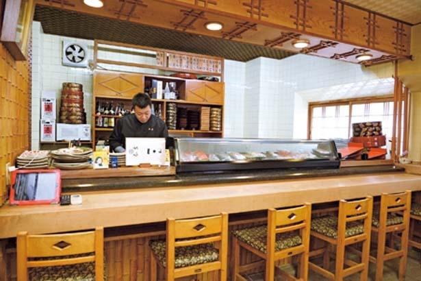 店主厳選の地魚などの食材が並ぶカウンター。カウンター席のほか、座敷タイプの個室もあり/春吉