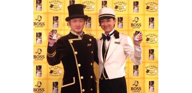 「ボス ハーフ&ハーフ」の新CMに出演する中村獅童と松田翔太(写真左から)