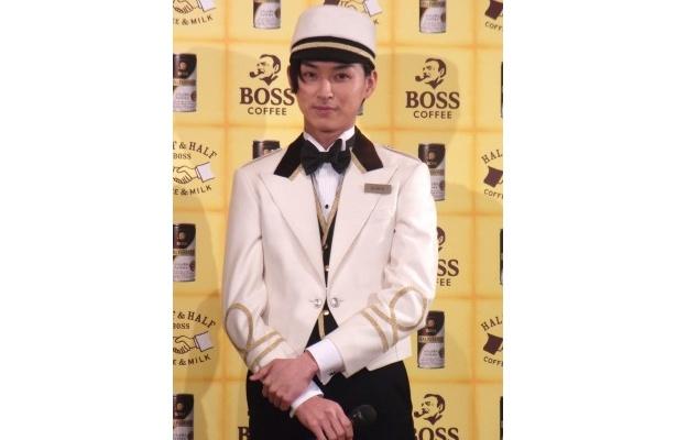 ポーター役の松田は「細かく作っていただいてすごく気に入ってます」と衣装を着ての感想を