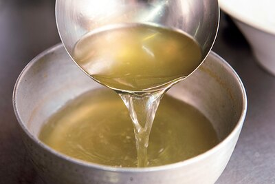 掃湯(サオタン)方式という中華の技法で仕込んだ黄金スープ
