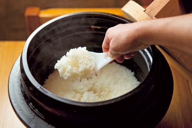 熱の伝導率が理想的な信楽焼の特製羽釜で炊き上げたご飯は、それだけでも美味釜炊近江米 銀俵