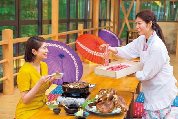 スタッフが豪快に近江牛やマツタケを鍋に入れてくれる/魚松 信楽店