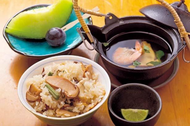 お代わり自由のマツタケご飯に、マツタケの土瓶蒸し、デザートがセット/魚松 信楽店