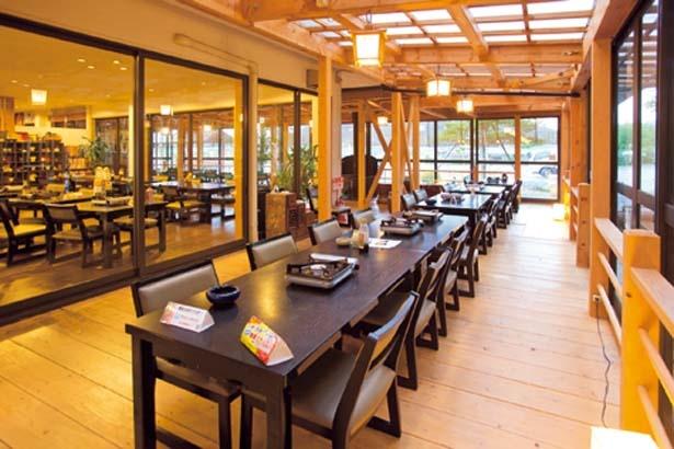 開放的な雰囲気の店内。竹林の緑に囲まれたテーブル席&座敷のほか、床席&あずまや風の席もあり/魚松 信楽店