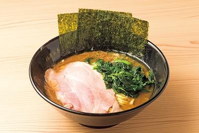 「ラーメン」(並 750円)、麺は平打ちでとろみのあるスープとよく絡む。チャーシューは柔らかで噛むほどに肉の味が増す