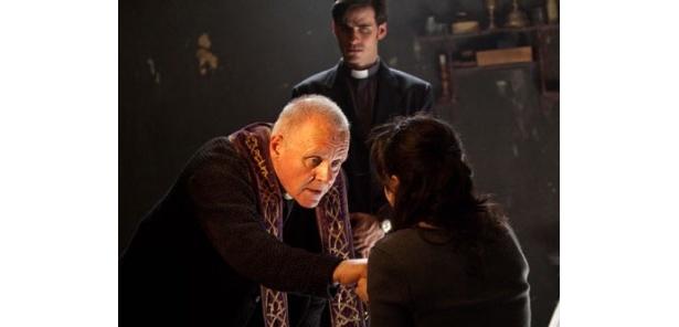 マイケルは1人の少女の悪魔祓いの儀式を体験する