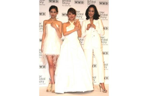 「カルティエ」のエンゲージメントリングをつけて純白の衣装で登場した木村佳乃、田中麗奈、水原希子
