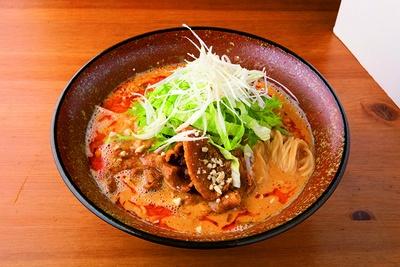 「まるは担麺」の「担々麺」(800円)、シャキシャキのレタスが箸休めに
