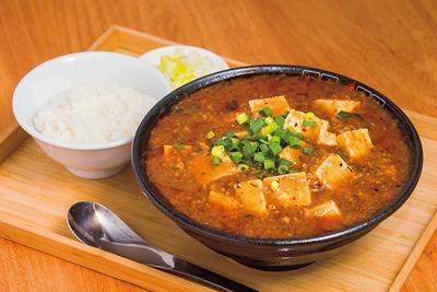 「からひげ麻婆豆腐 麺」(小ライス付き 900円)、麺は姉妹店「てっぺん家」(元住吉)と同じタイプを使用。麻婆との相性抜群