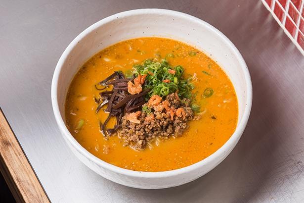 「芝麻担々麺」(880円)、豚骨ベースのスープに白ゴマが香る一杯。細麺はスープを吸ってモッチリに