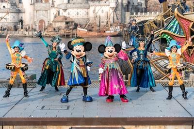 【写真を見る】今年初開催のショー「フェスティバル・オブ・ミスティーク」でポーズを決める、ミッキーマウスとミニーマウス