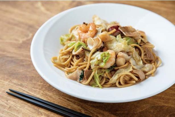 餃子・中国酒菜 胡坊 / 「皿麺」(840円、ランチ680円)。野菜や魚介類にも鶏スープの旨味がしっかり