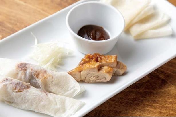 餃子・中国酒菜 胡坊 / 「春餅 / 鶏のクレープ包み」(4枚730円)。ローストした鶏肉を北京ダック風に。ローストした鶏肉を北京ダック風に