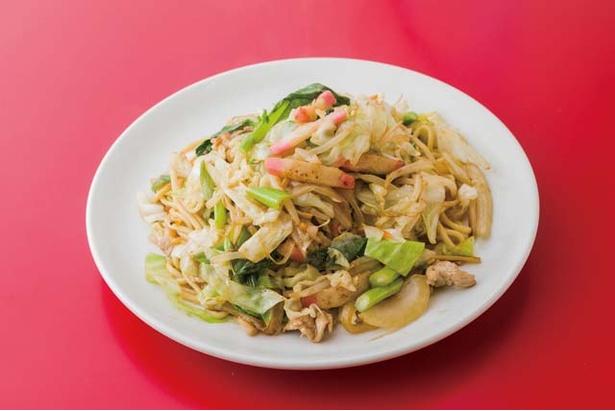 紅蓉軒 / 創業当時から人気の、柔らかい太麺を両面しっかり焼いた博多風の皿うどん(700円)。塩は一切使わず、醤油の塩分だけで絶妙なバランスに仕上げる