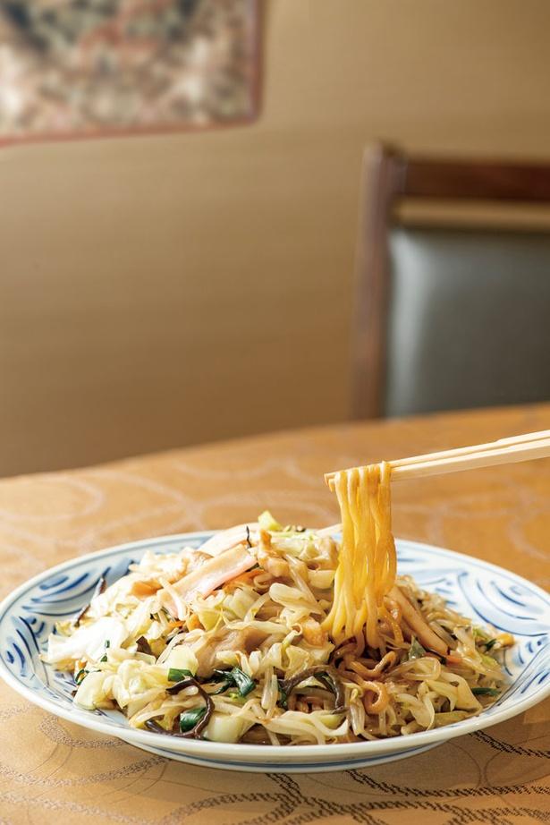 【写真を見る】福新樓 / 2代目が考案した「博多皿うどん」(1134円)。今では福岡の食堂でも似た料理を出すが、「福新樓」が元祖だ