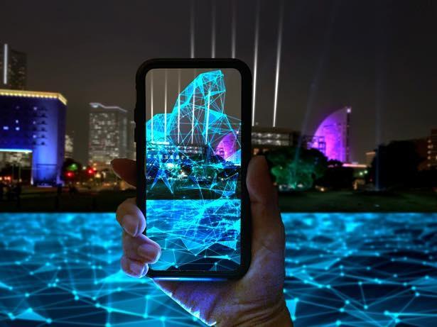 【写真】「WebAR」技術により、現実の夜景と拡張世界がシンクロする様子 ※イメージ