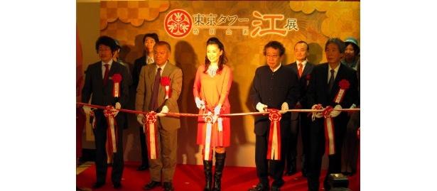【写真】鈴木砂羽(写真中央)らはテープカットセレモニーにも参加