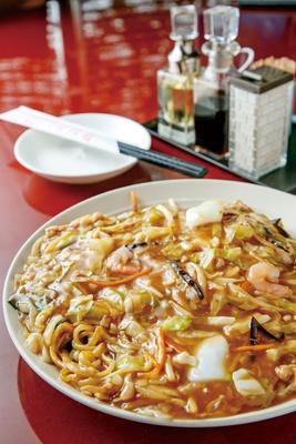 """福寿飯店 / 特製福寿皿うどん(880円)。両面焼きの麺は""""バリモチ""""の食感"""