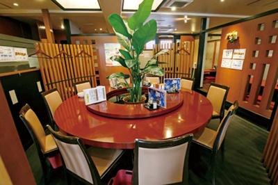 福寿飯店 / 赤い丸テーブルが存在感抜群。奥には掘りごたつ席がある