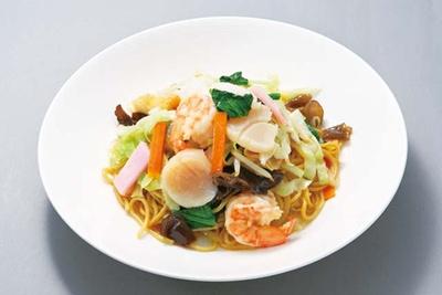八仙閣 本店 / 太麺を使用する、皿うどん(1300円)。平日限定で11:30~14:00はランチ営業を行っている