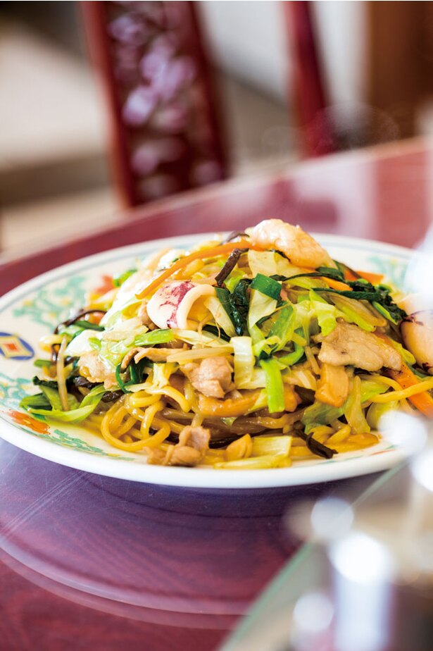 中華菜館 五福 / 開店当初からある皿うどん(972円)。チャンポン麺を焼き、水分を飛ばし、具材と一緒に炒めて煮込む。最後に炒めて仕上げるという、初代が考案した調理法を継承