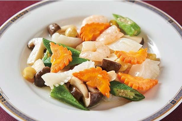 華風福寿飯店 / イカとエビ塩味炒め(1296円)。とろみと程よい塩を効かせ、飾り包丁が美しい一皿
