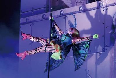 「Dr.カオス」のパーティでステージにはポールダンスを披露されるシーンも/ユニバーサル・スタジオ・ジャパン