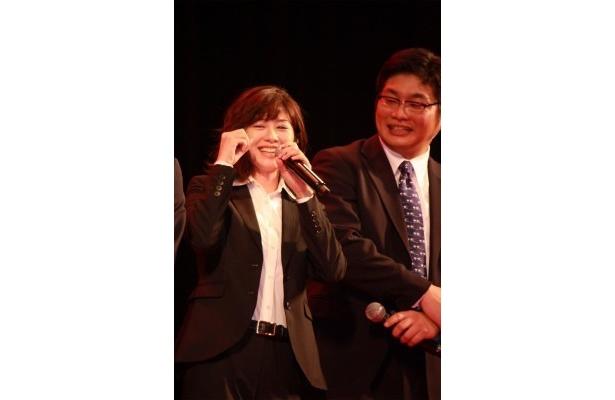 岡田に突っ込まれ笑顔になる真木(写真左)
